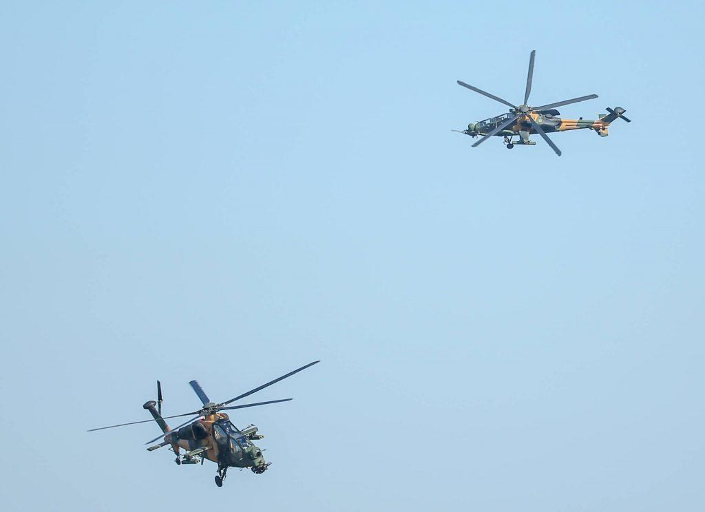 Havada İki Atak Helikopteri