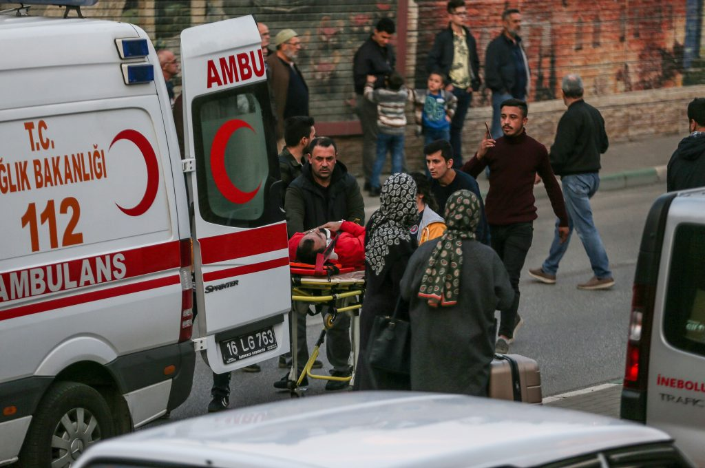 Bursa'da otomobil köprüden düştü