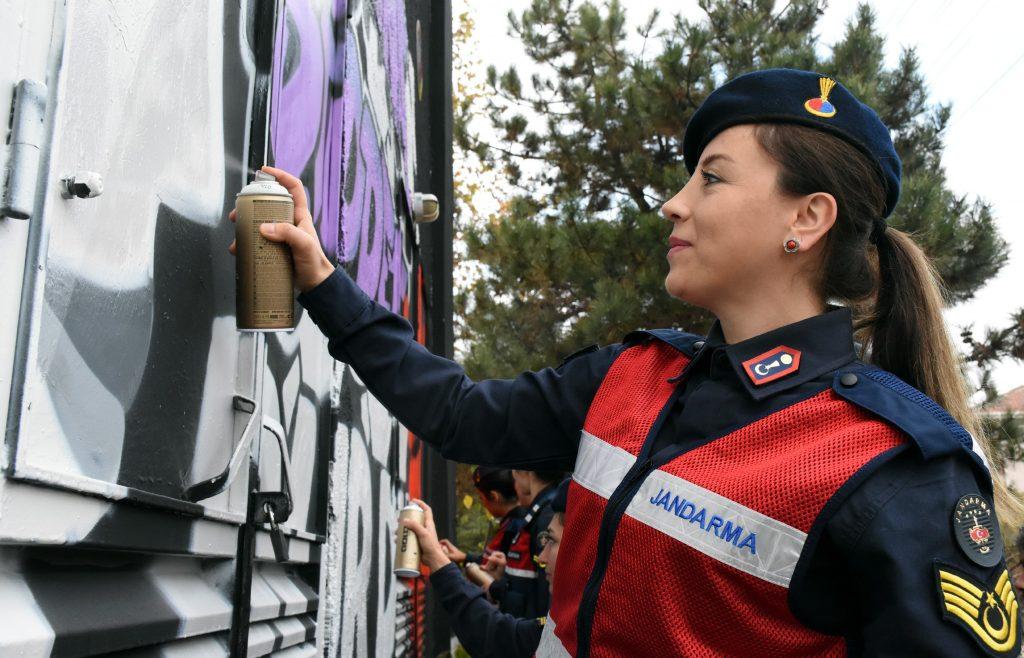 Kadın Astsubaylardan Kadına Yönelik Şiddete Grafiti İle Dikkat Çekme
