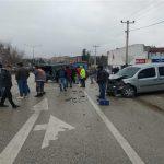 Minibüs ve ticari araç kaza yaptı