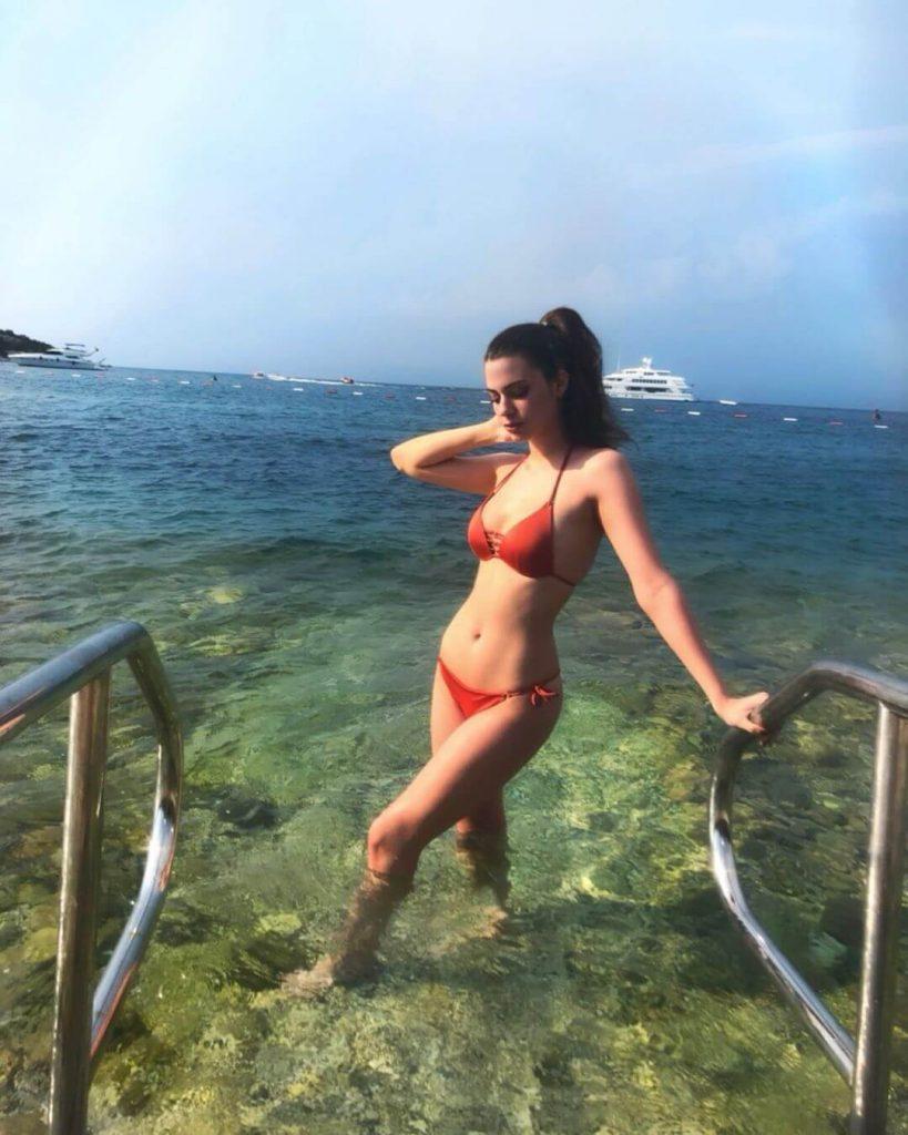 Derin Talu Bikinili Tatil Fotoğrafı